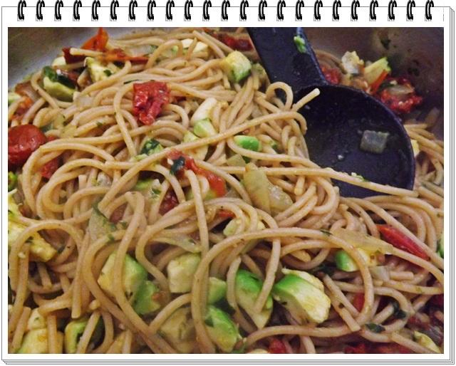 Celozrnné špagety so sušenými paradajkami a avokádom
