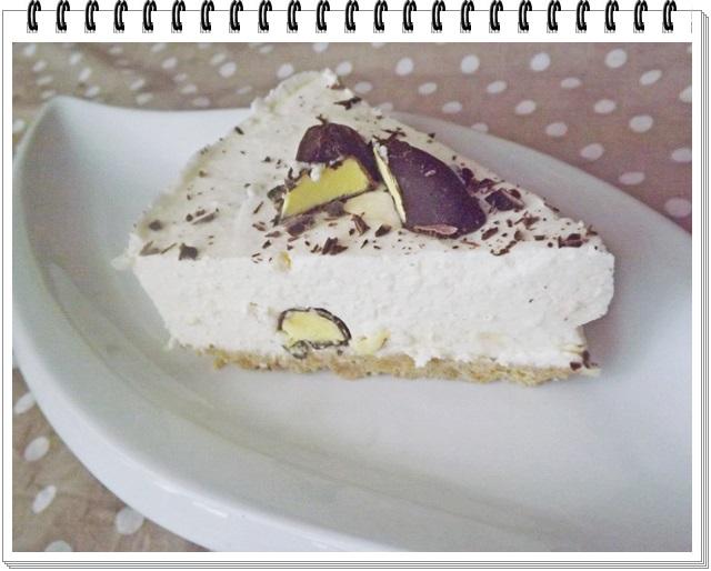 Nepečená torta s bielou čokoládou a čokoládovými banánikmi