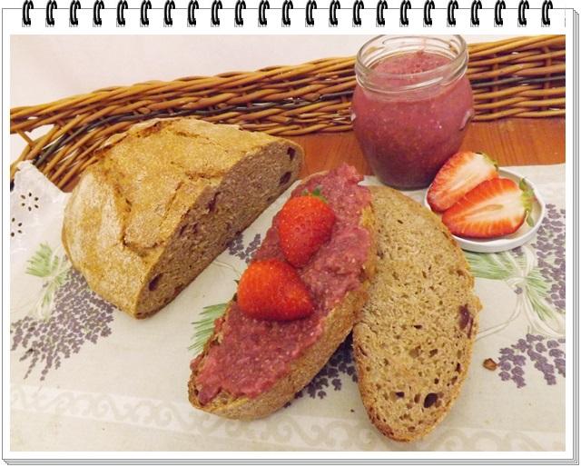 Sladký špaldový chlieb a domáci jahodový džem