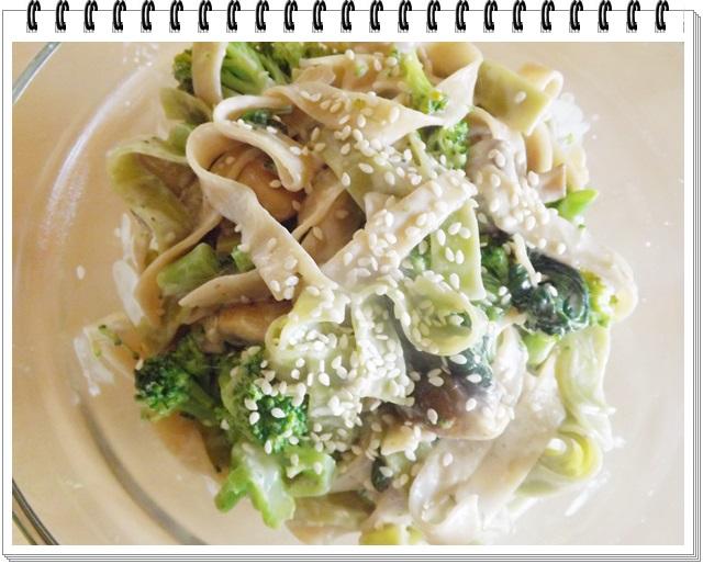 Široké rezance s brokolicou v smotanovej omáčke