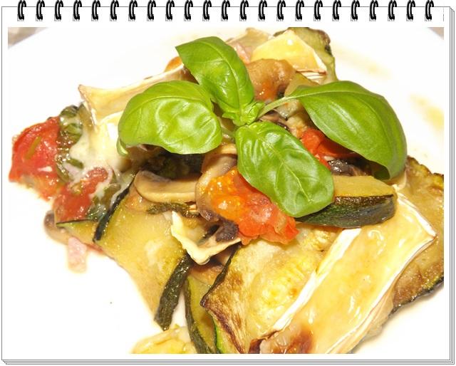 Zapečená cuketa so zeleninou a camembertom