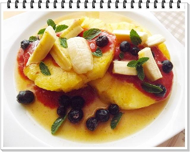 Marinovaný ananás s jahodovou omáčkou