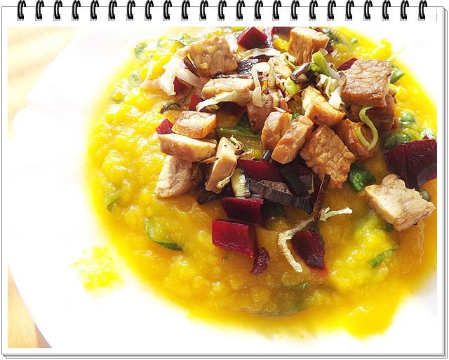 Tekvicové pyré s jesennou zeleninou a tempehom