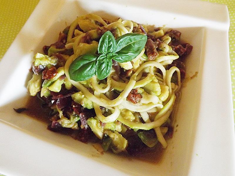 Cuketové špagety s avokádovo-cherry omáčkou