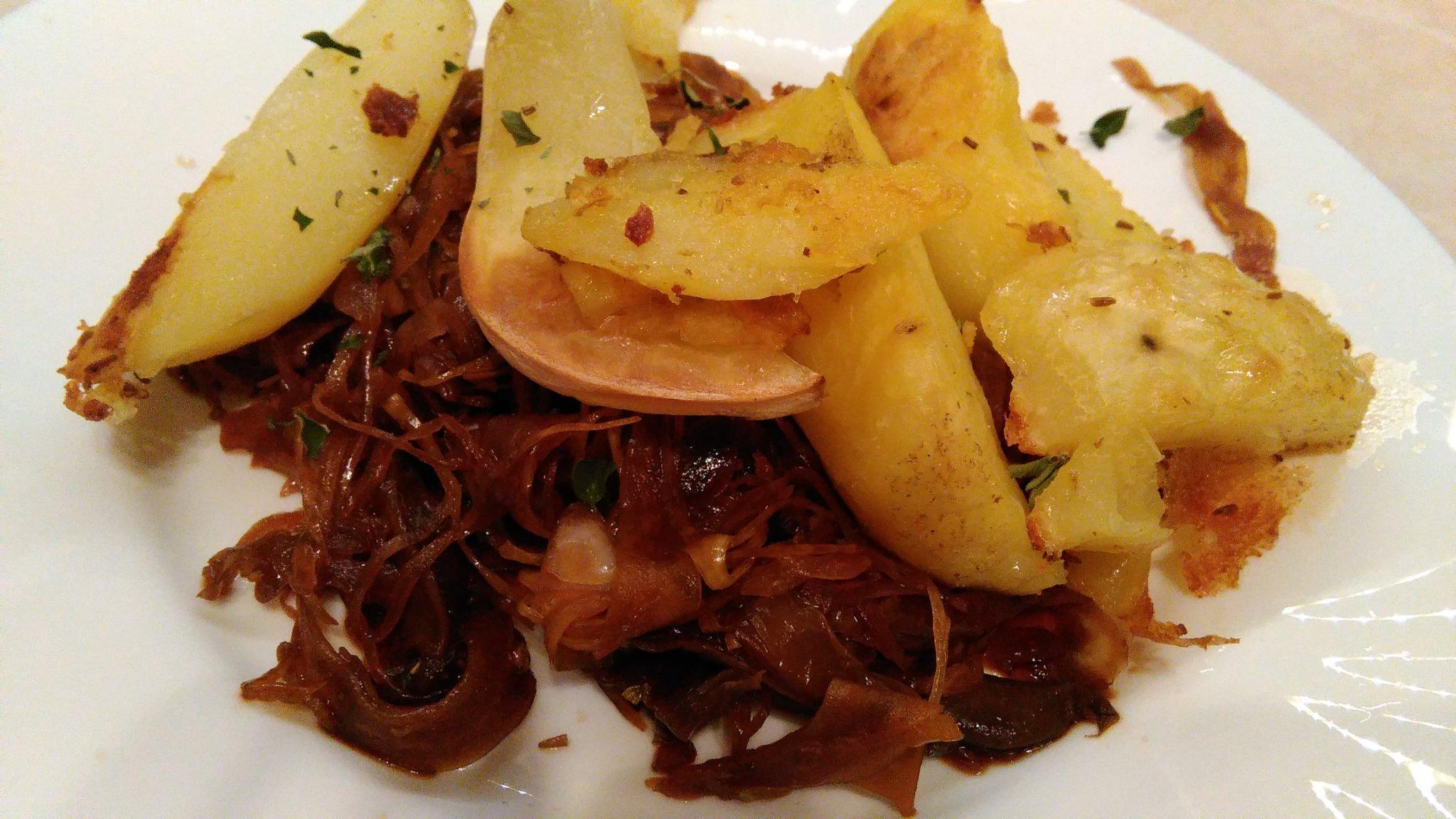 Hliva s kyslou kapustou a pečenými zemiakmi