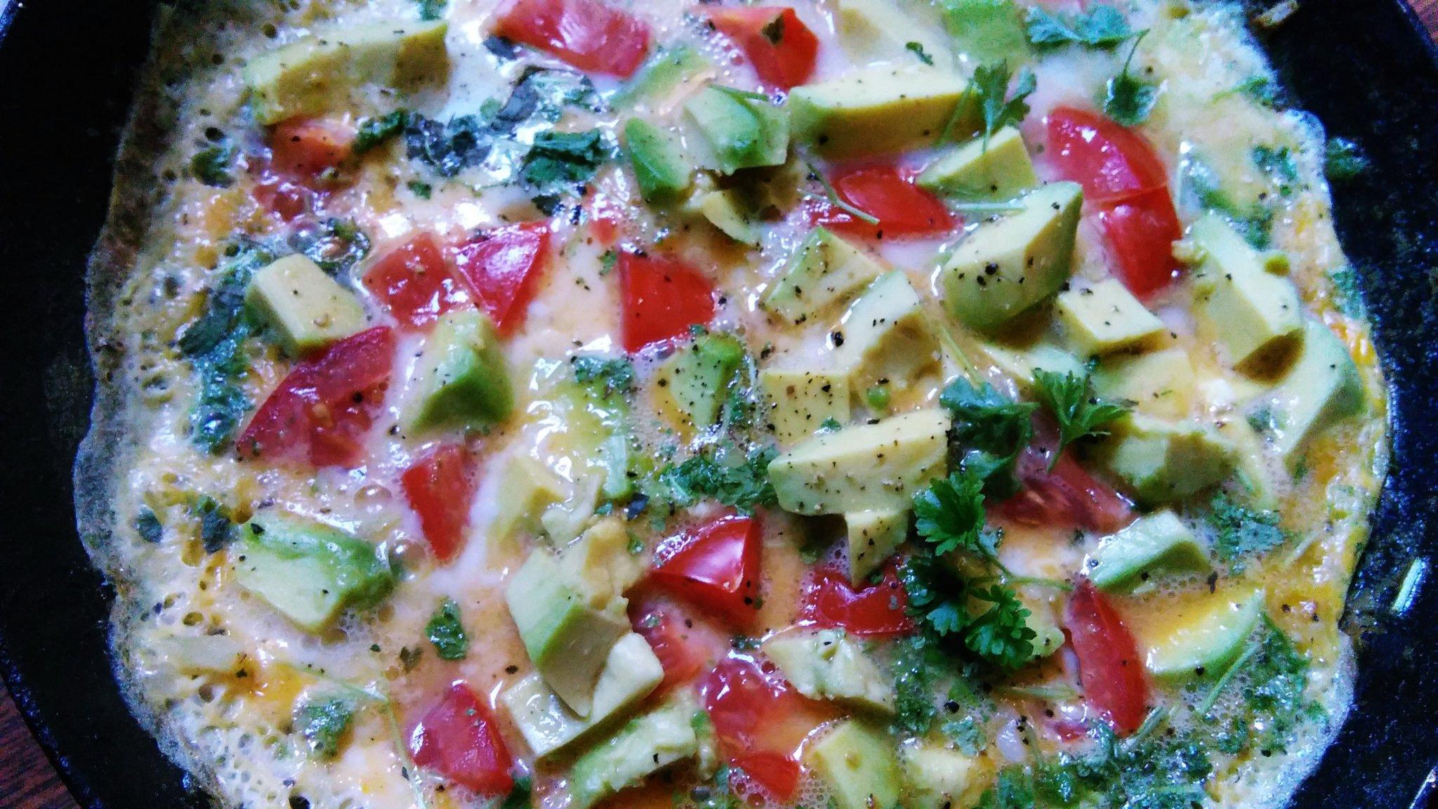 Omeleta s avokádom a paradajkou