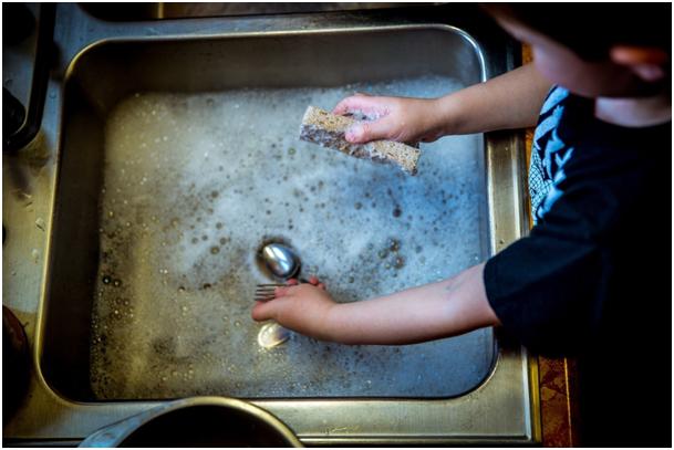 5 vodných Montessori hier pre deti, ktoré si hravo pripravíte aj doma