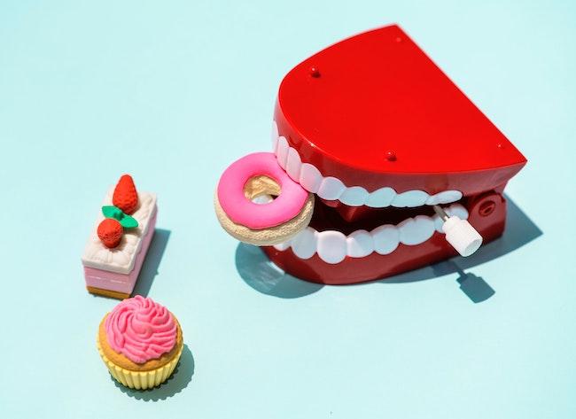 Nemáte čas ani financie na drahé procedúry bielenia zubov? S nami svoj úsmev rozžiarite veľmi jednoducho a lacno