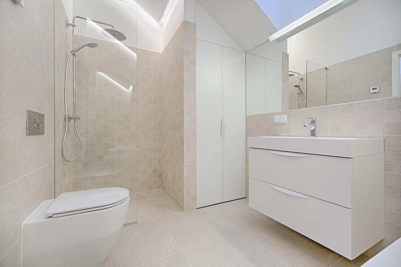 Jednoduché tipy na opravu a zariadenie novej kúpeľne