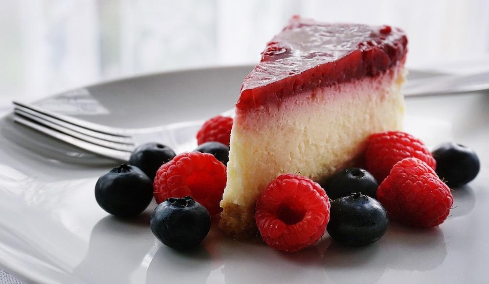 Svieži cheesecake s lesným ovocím